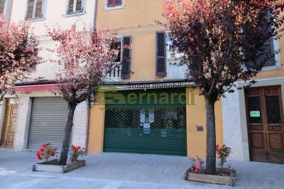 NE424 - Ampio negozio in Piazza Corsini